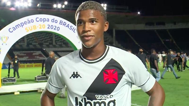Caio Eduardo comemorou o título com a camisa do Vasco
