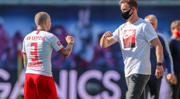 Angeliño cumprimentando treinador do Red Bull Leipzig - GettyImages