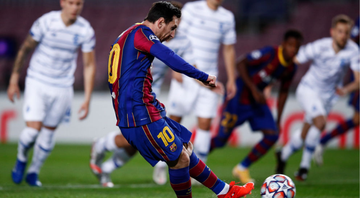 Messi comemorando gol com a camisa do Barcelona - GettyImages