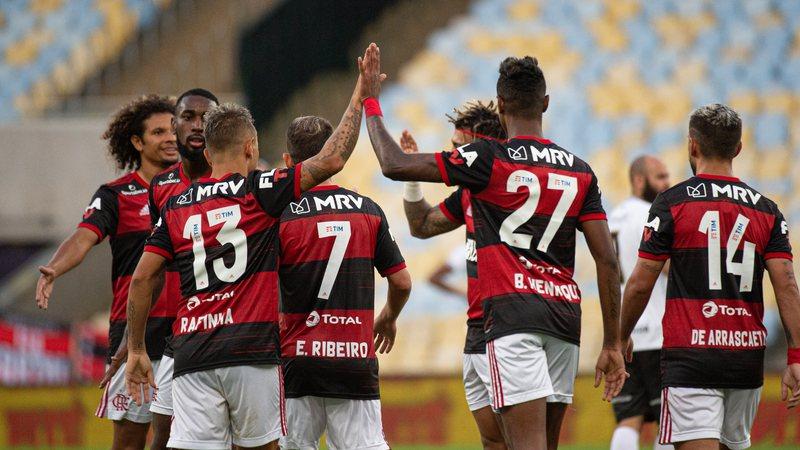 Jogadores em ação com a camisa do Flamengo