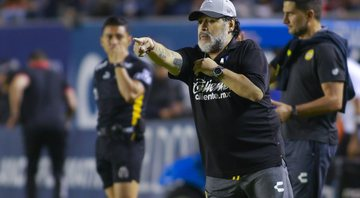 Maradona na beirada do campo - Getty Images