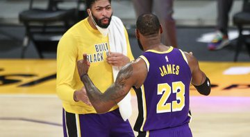 Anthony Davis e LeBron James em partida do Los Angeles Lakers - Getty Images