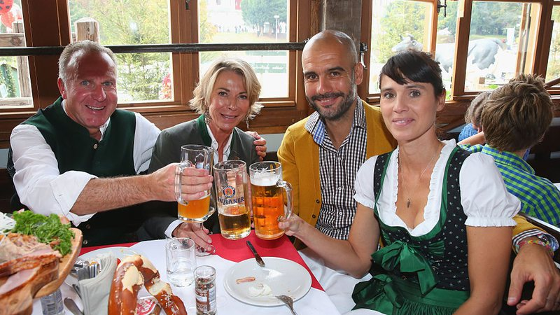 Pep Guardiola festeja com o CEO do Bayern de Munique